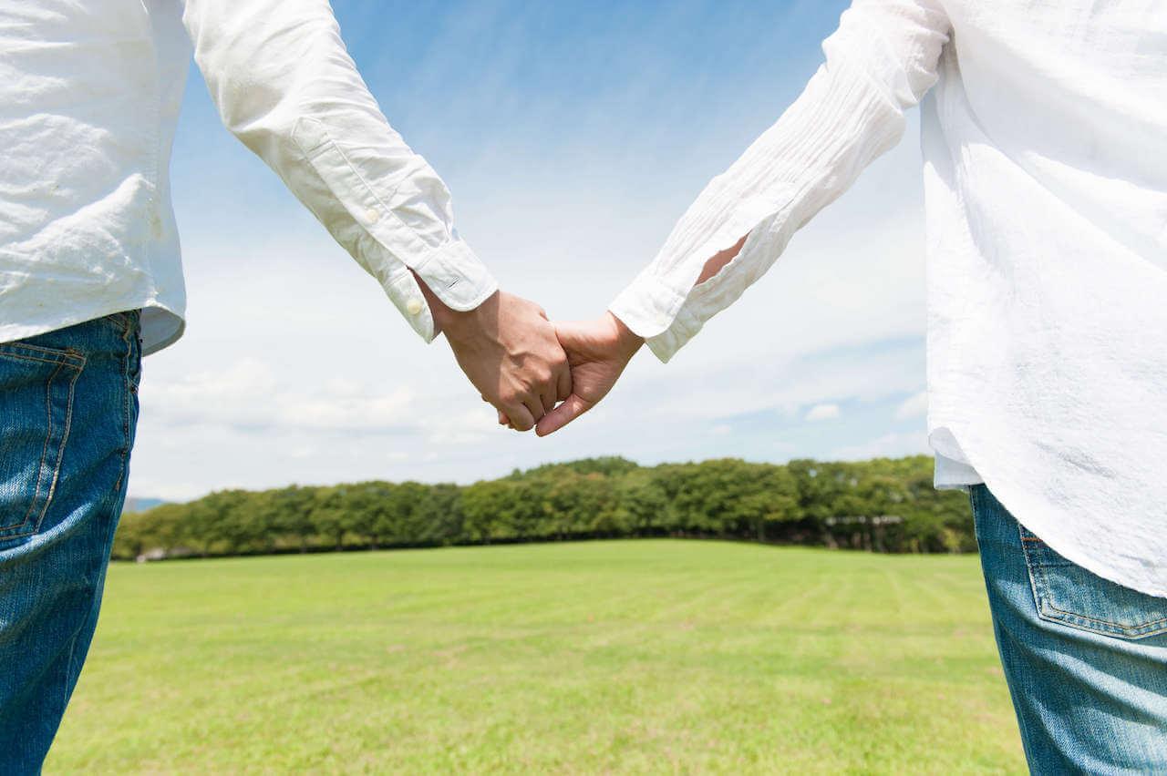 夫婦が手を繋いで歩いている