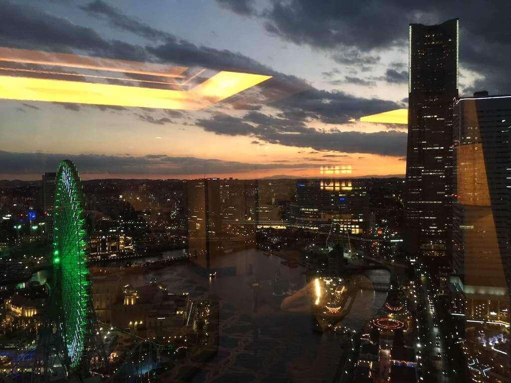 インターコンチネンタル横浜の夕方5時半近く窓越しの景色