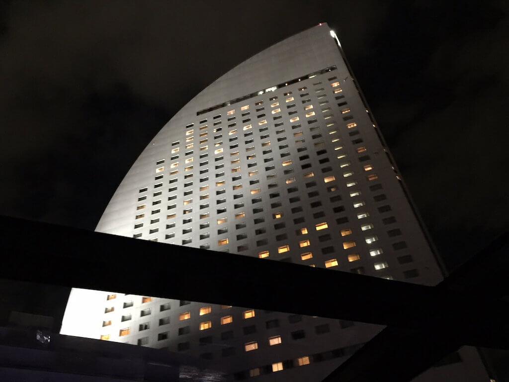 ル・グラン・ブルーからインターコンチネンタルホテル横浜を見上げる