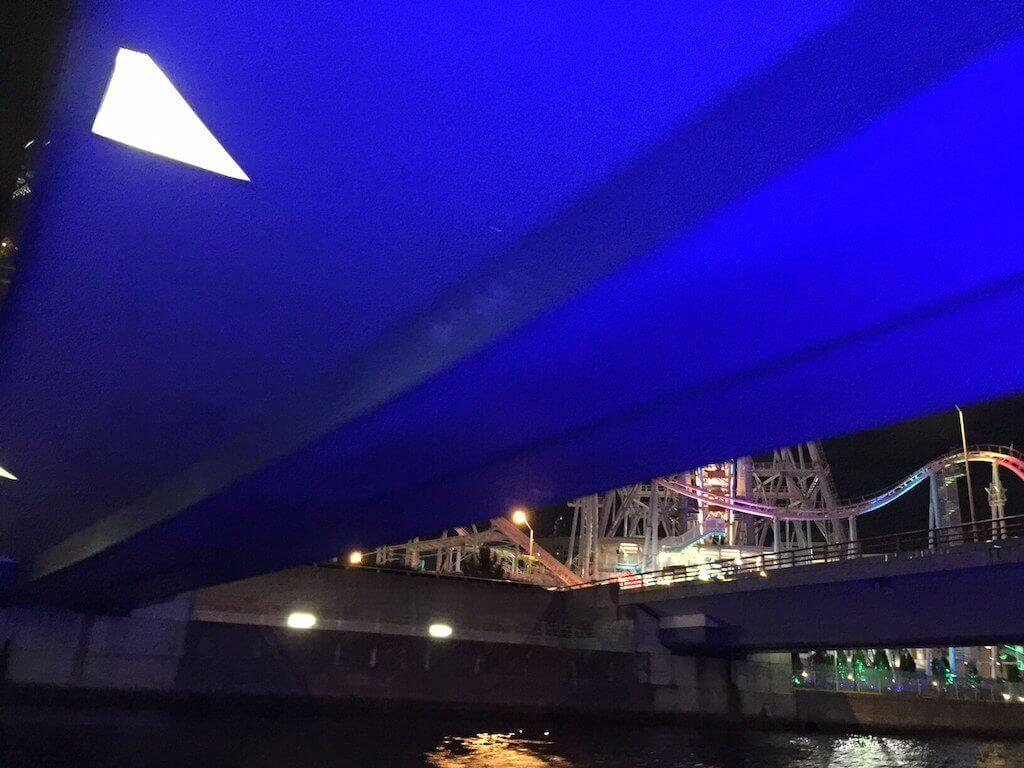 ル・グラン・ブルーで橋をくぐる