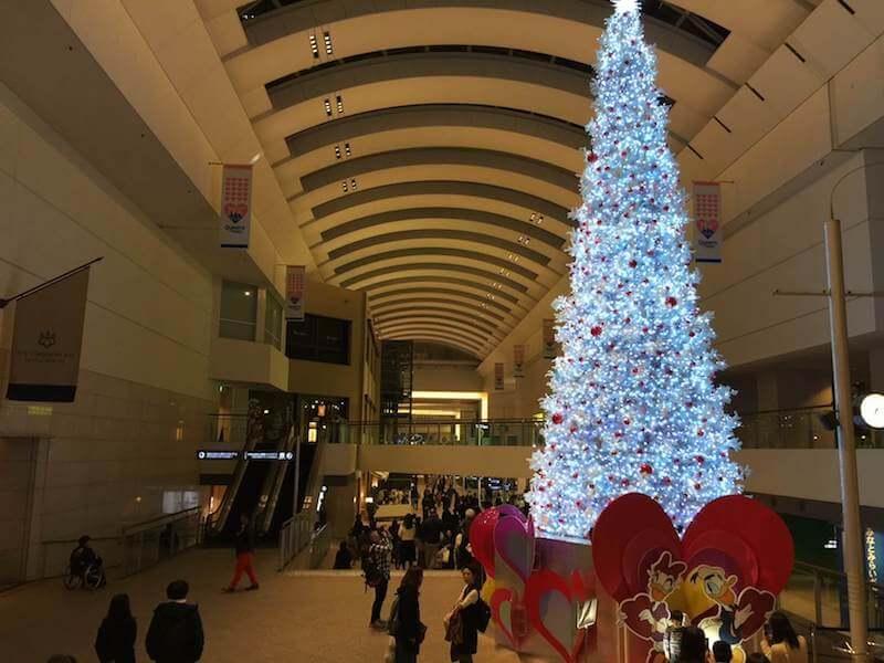 クイーンズスクエア内のクリスマスツリー