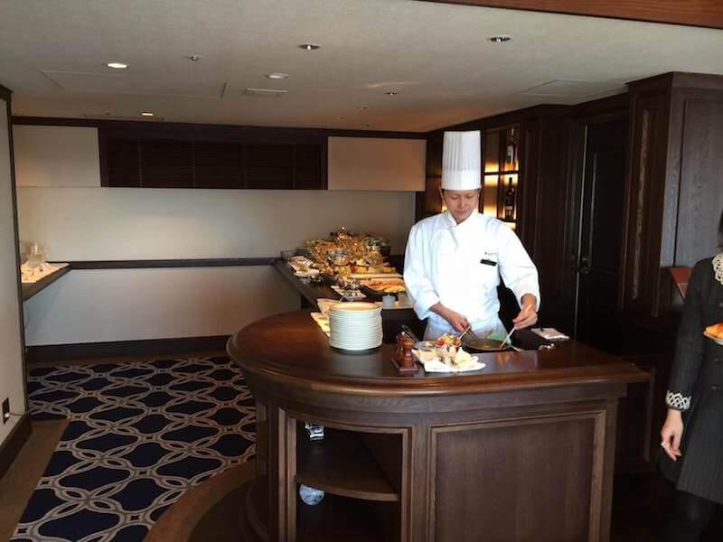 インターコンチネンタルクラブラウンジでの朝食バイキングのシェフが目の前で作ってくれるオムレツ