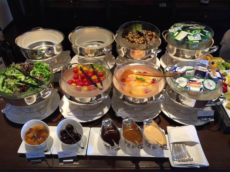 インターコンチネンタルクラブラウンジでの朝食バイキングのサラダやフルーツ2