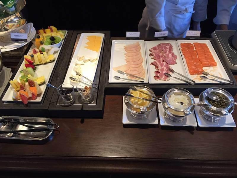 インターコンチネンタルクラブラウンジでの朝食バイキングのサラダやフルーツ