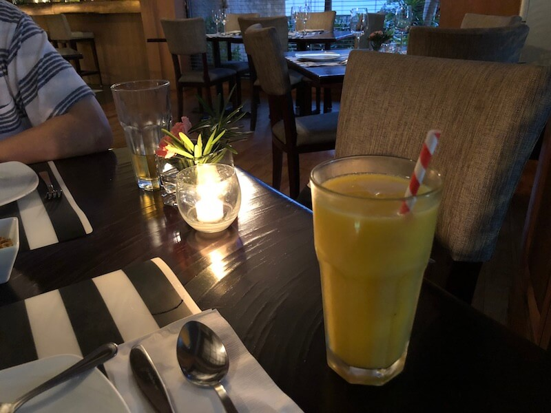 タイ料理レストランとマンゴージュース